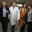 Macri recorriendo el hospital