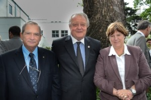 Lemus y Reybaud junto al presidente del Hospital Británico