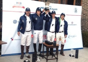 El equipo ganador levanta el trofeo