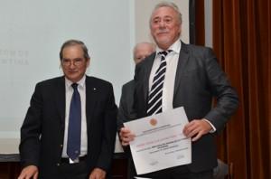 El Dr Chianalino recibe el reconocimiento