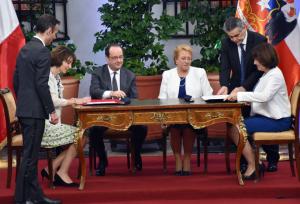 firma acuerdo con presencia de Hollande y Bachelet