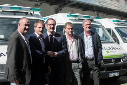 Entrega de ambulancias con Pitarque y Campbell (1)