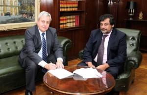 Carlos D'Abate y Hernán Gómez, durante la rúbrica del convenio