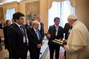Cristian Mazza entrega un presente al Papa
