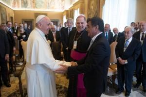 Cristian Mazza saluda al Papa Francisco
