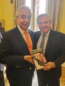 Eduardo Franciosi (CILFA) entrega el libro a Alberto Fernàndez