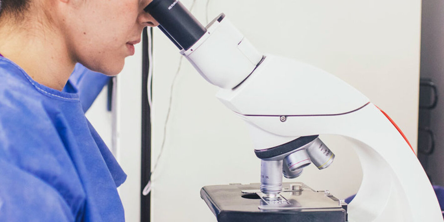 biologa-con-microscopio[1]