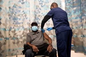 hombre recibe vacuna